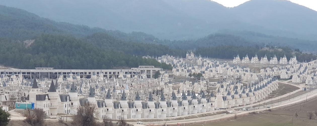 Odkryto zupełnie opuszczone osiedle pałaców rodem z Disneya!