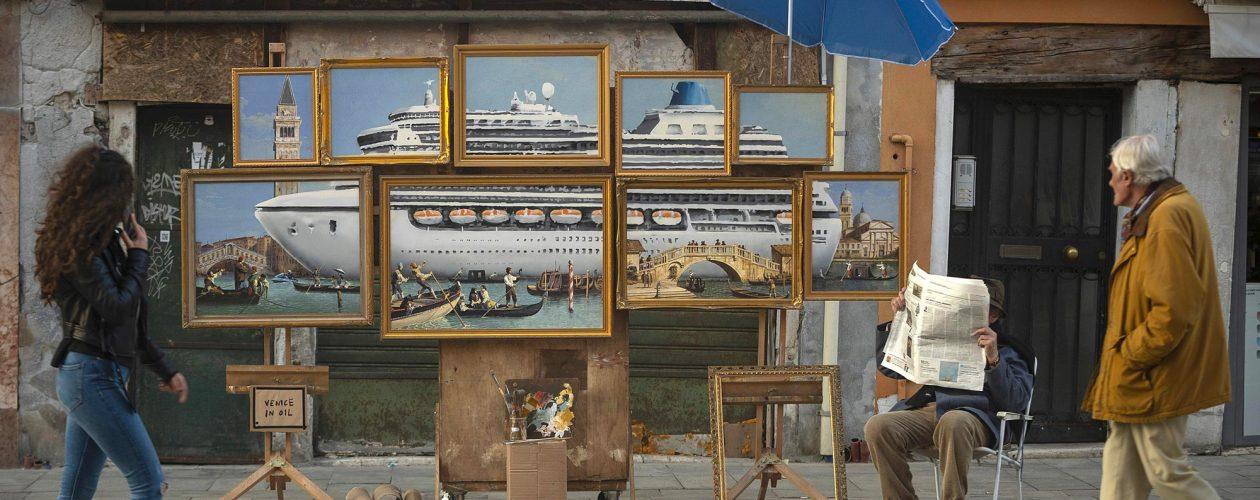 Banksy ukrywa jedną ze swoich prac wśród sprzedawców w Wenecji.