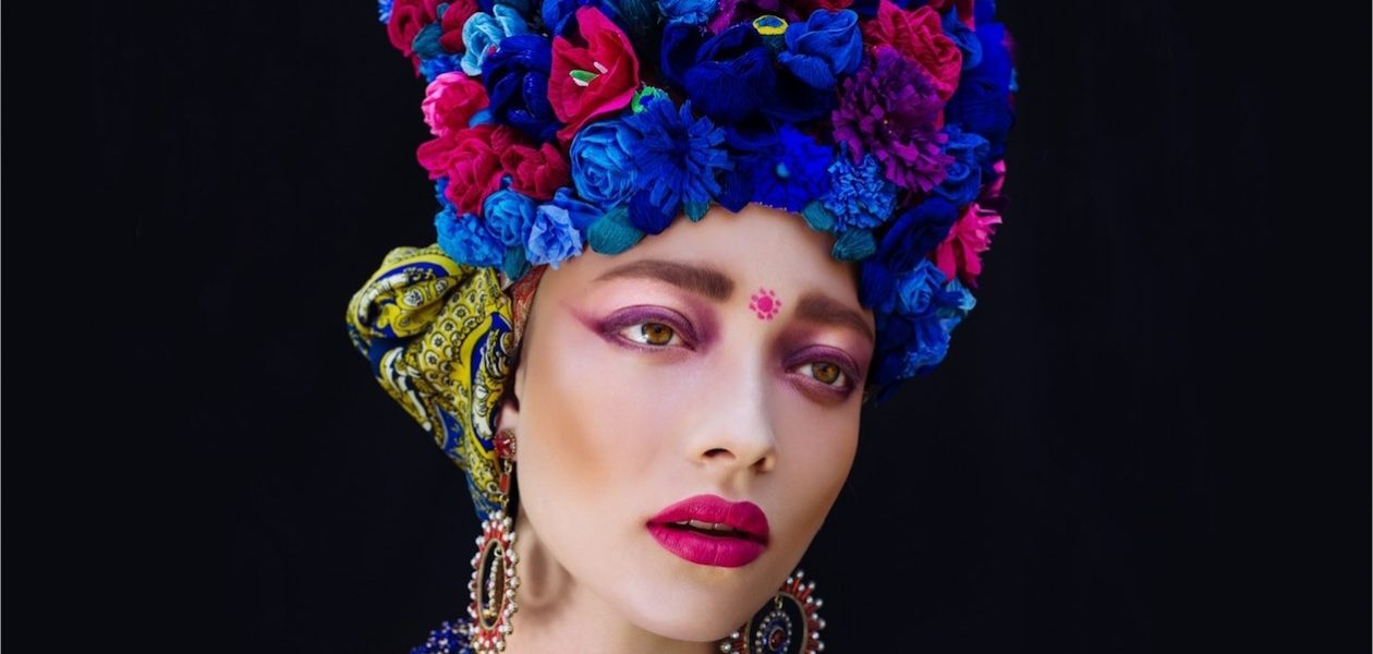 Korony z kwiatów i magiczny folklor – sztuka ETNO Beaty Bojdy