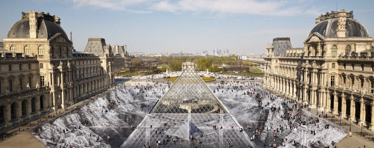 """""""Sekret Wielkiej Piramidy"""" – iluzja optyczna wokół piramidy Luwru."""